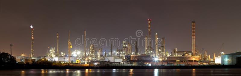 Paesaggio industriale entro la notte fotografia stock libera da diritti
