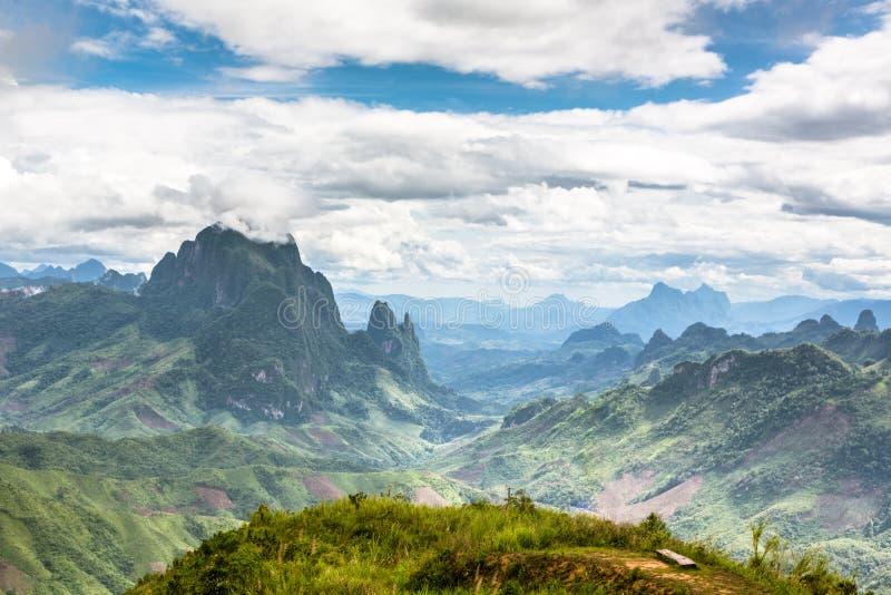 Paesaggio intorno a Kasi nel Laos del nord fotografie stock