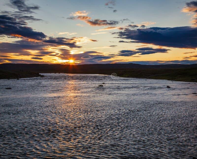 Paesaggio islandese di estate con il fenomeno Islanda Scandinavia del sole di mezzanotte immagini stock