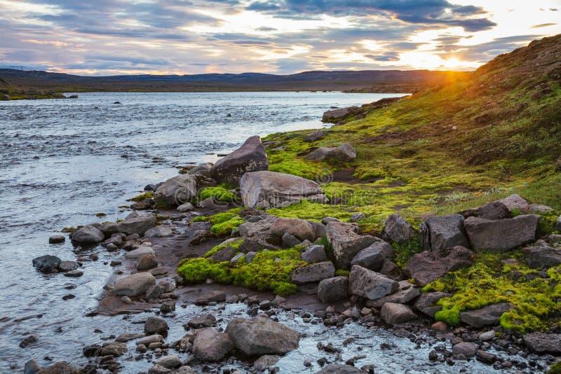 Paesaggio islandese di estate con il fenomeno Islanda Scandinavia del sole di mezzanotte fotografia stock libera da diritti