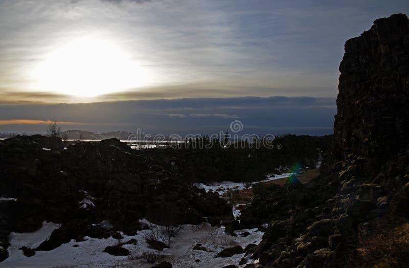 Paesaggio islandese tipico: Il parco nazionale di Thingvellir, i fiumi, giacimenti di lava ha coperto di neve contro il contesto  fotografia stock libera da diritti