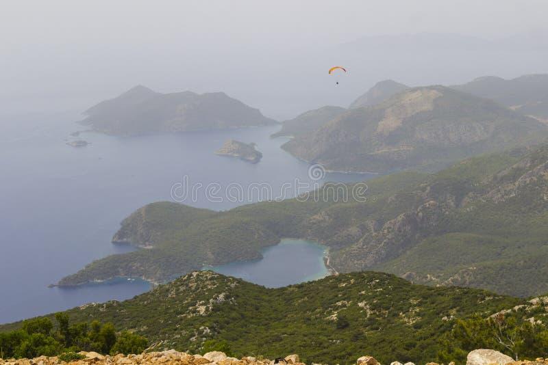 Paesaggio: isole nel mare e montagne, nebbia sopra il mare fotografia stock