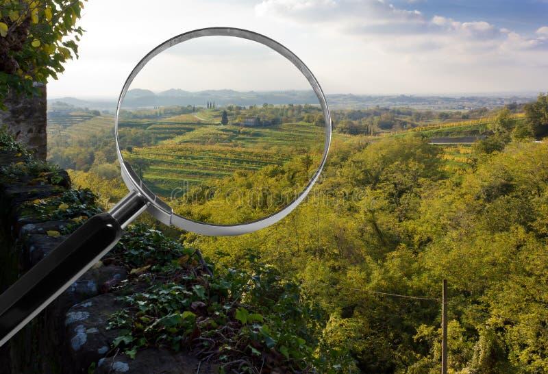 Paesaggio italiano del paese sotto la lente d'ingrandimento fotografia stock