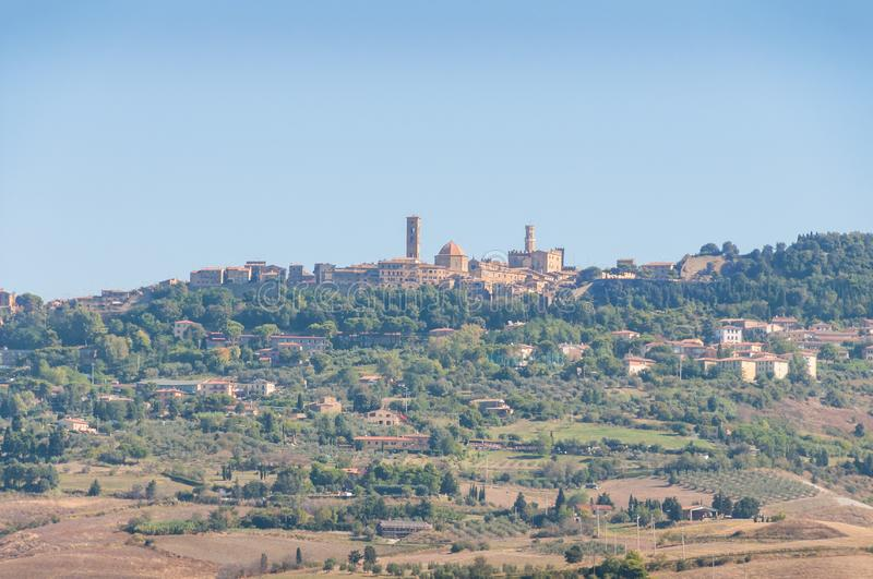 Paesaggio italiano pittoresco con la città medievale tipica con le torri sulla collina fotografia stock libera da diritti