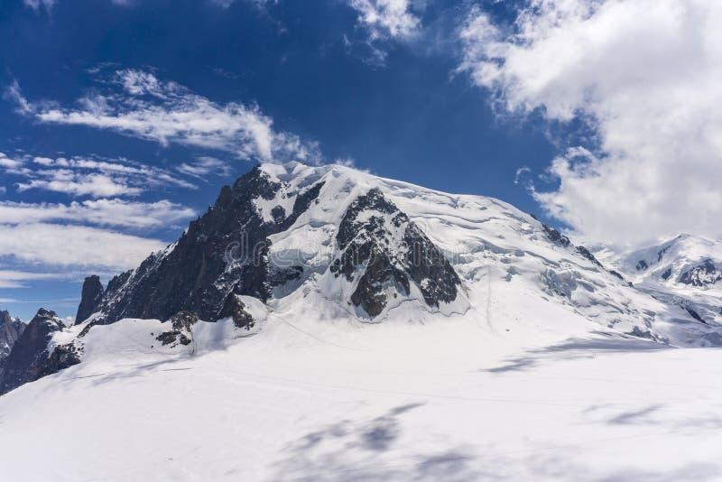 Paesaggio maestoso del massiccio di Mont Blanc a giugno alpi fotografie stock