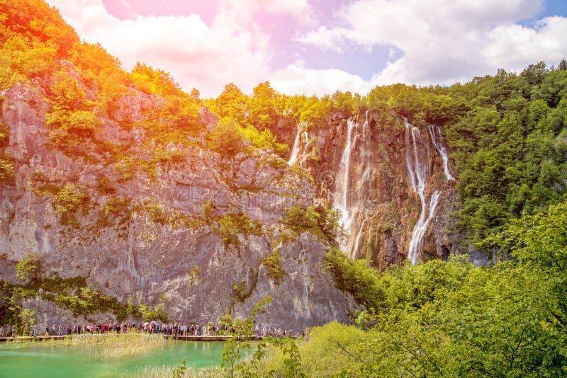 Paesaggio magico favoloso incredibilmente bello con una cascata immagine stock