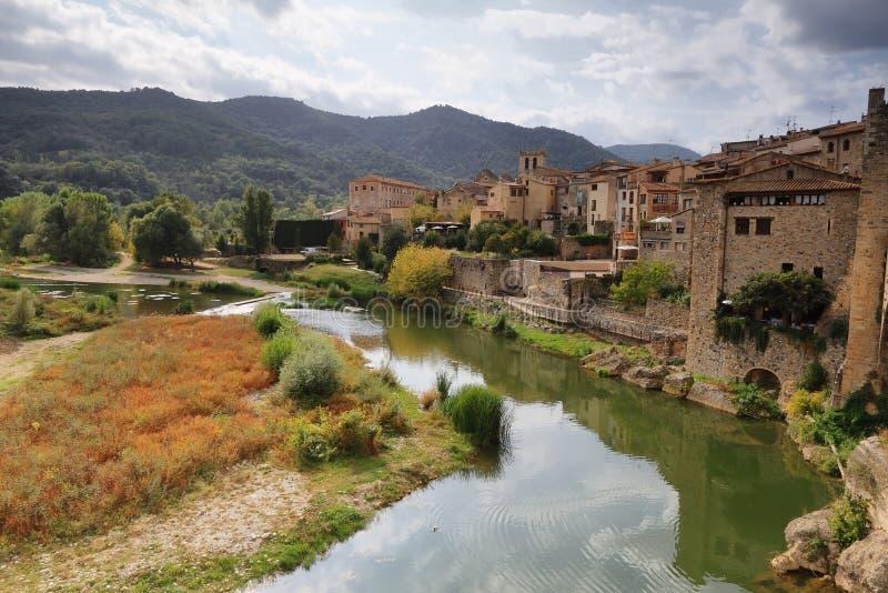 Paesaggio medievale del villaggio di Besalu fotografie stock
