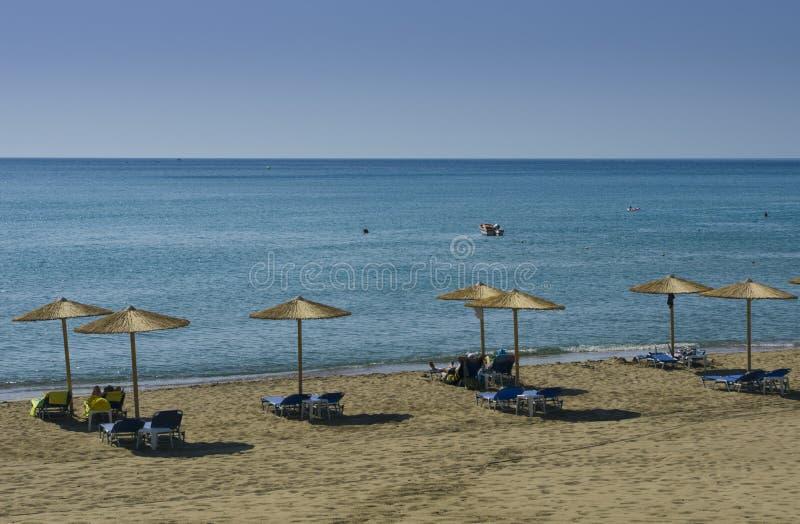 Paesaggio Mediterraneo con gli ombrelli ed i lettini fotografie stock