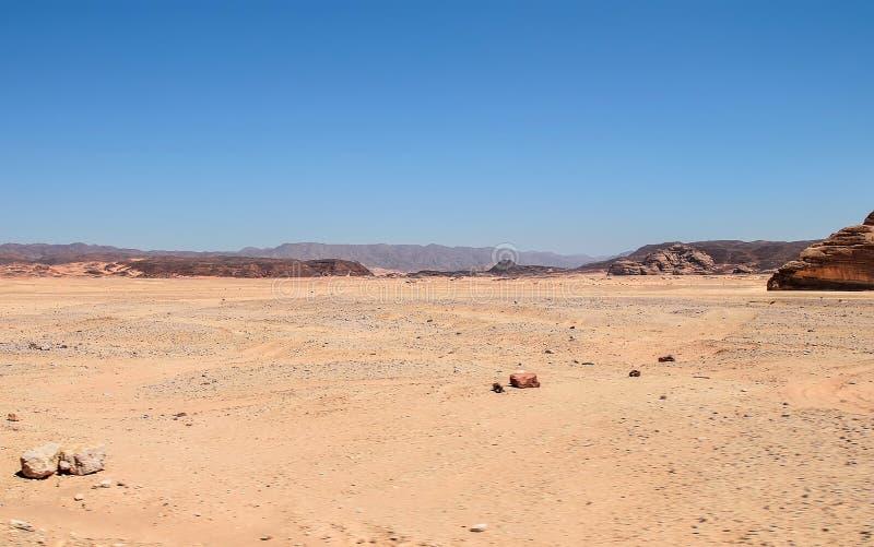 Paesaggio, montagne e colline del deserto della montagna contro il cielo blu senza nuvole immagine stock libera da diritti