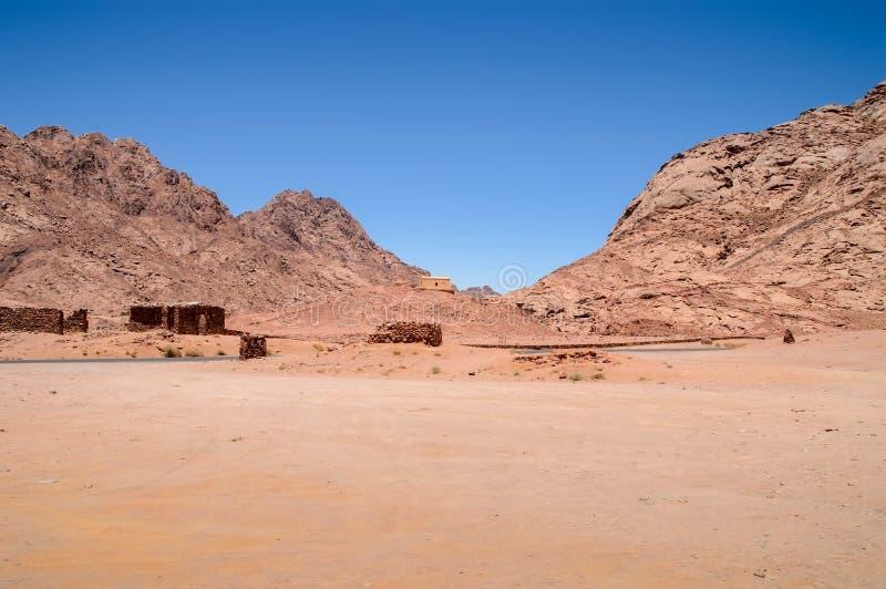Paesaggio, montagne e colline del deserto della montagna contro il cielo blu senza nuvole fotografia stock libera da diritti