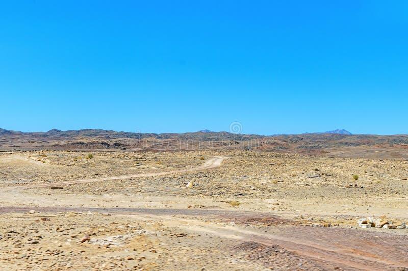 Paesaggio, montagne e colline del deserto della montagna contro il cielo blu senza nuvole fotografia stock