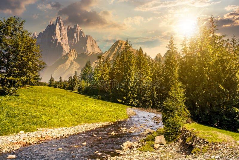 Paesaggio montagnoso di estate di fiaba al tramonto fotografia stock