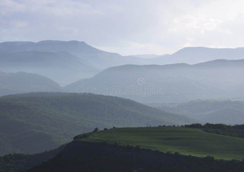 Paesaggio mountian nebbioso Montagne di Caucaso immagini stock libere da diritti