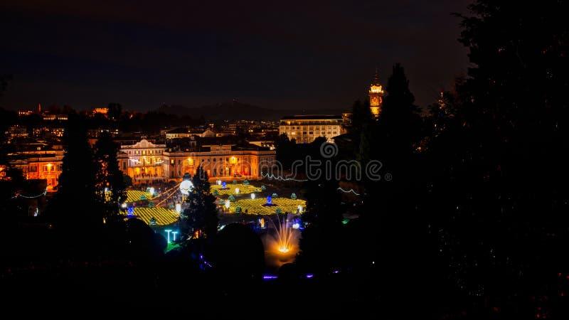 Paesaggio natalizio notturno di Varese immagini stock libere da diritti