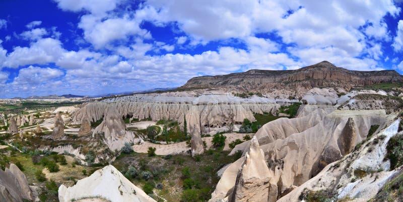 Paesaggio naturale con le formazioni variopinte antiche dell'arenaria fotografie stock