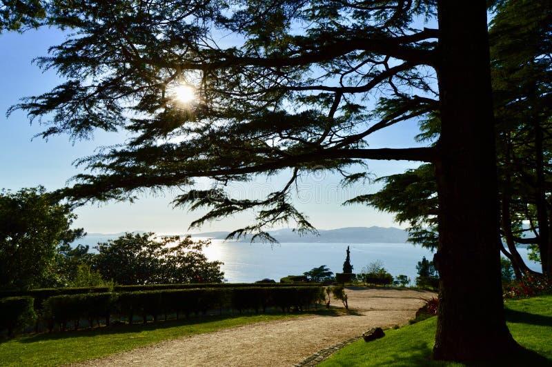 Paesaggio naturale con un percorso illuminato immagine stock libera da diritti
