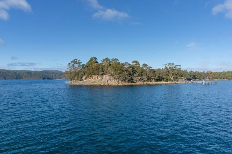 Paesaggio naturale delle isole remote ricoperte di foreste con banchina, molo immagini stock