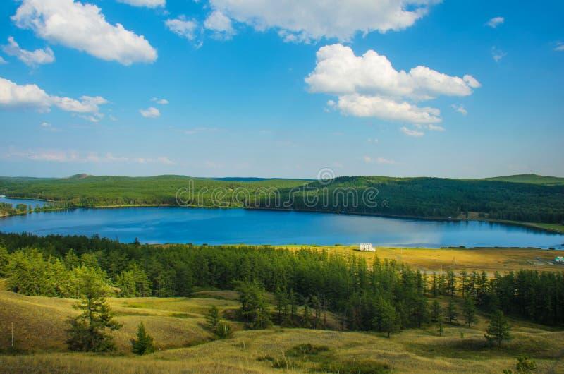 Paesaggio naturale, le montagne ed il lago della foresta immagine stock