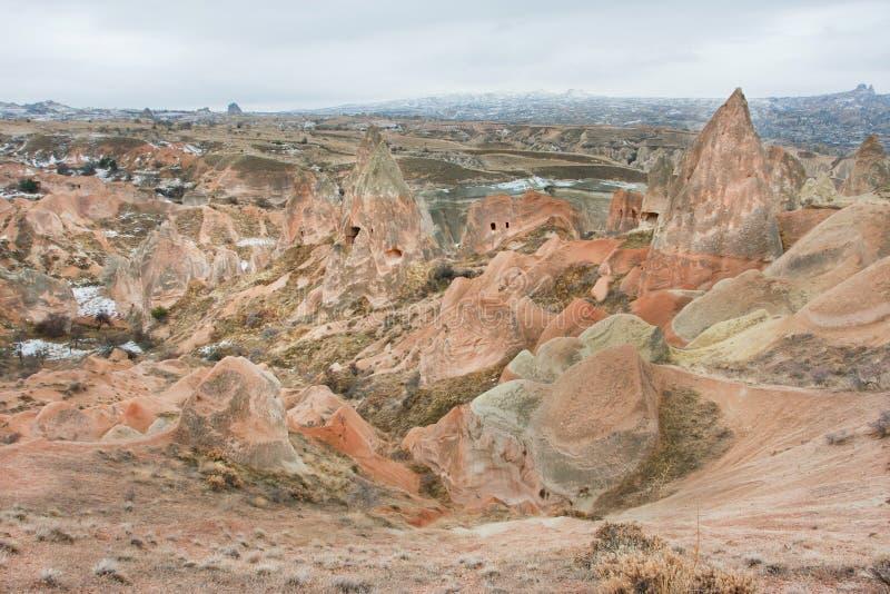 Paesaggio naturale meraviglioso delle rocce rosse in una valle della montagna di inverno immagine stock