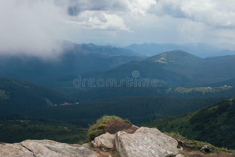 Paesaggio nebbioso del modello in montagne immagini stock libere da diritti