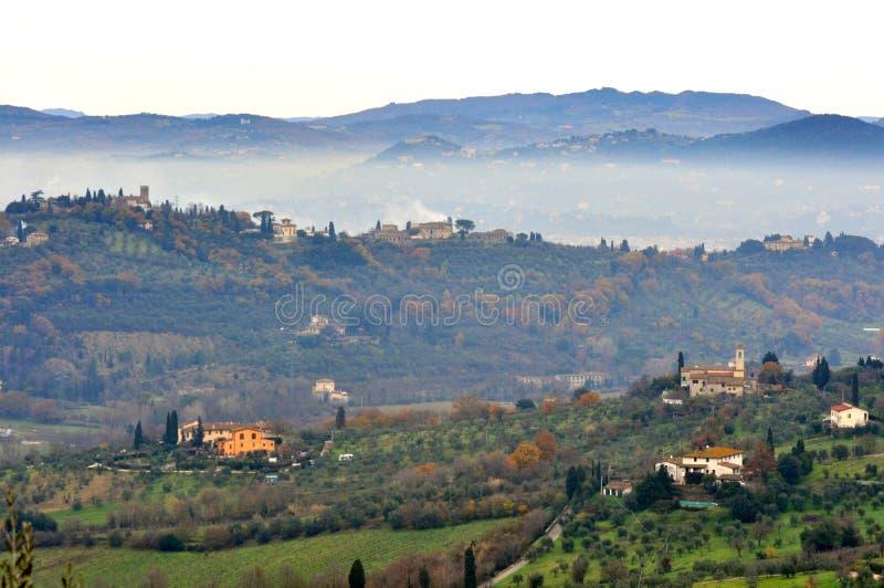 Paesaggio nebbioso della Toscana rurale, Italia fotografia stock