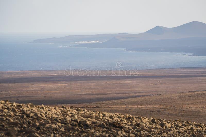 Paesaggio nebbioso di mattina alla costa nell'isola di Lanzarote fotografia stock libera da diritti