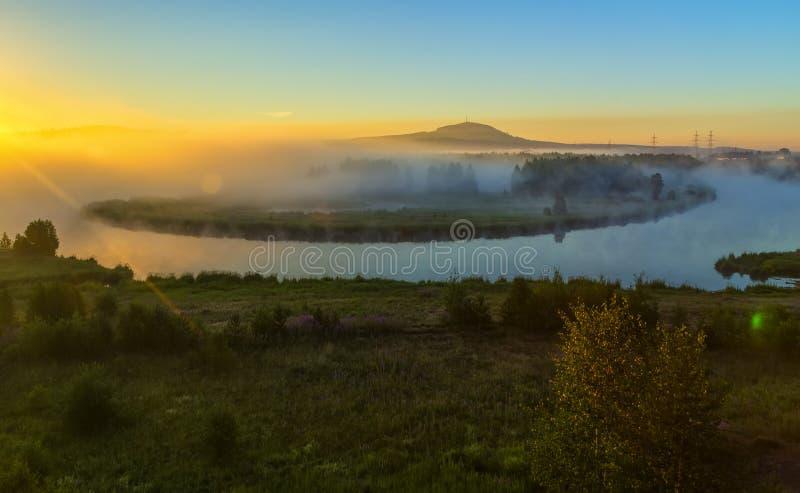 Paesaggio nebbioso di mattina con il fiume e le colline verdi curvi Fiume Elba nebbioso di estate e montagne basse immagine stock libera da diritti