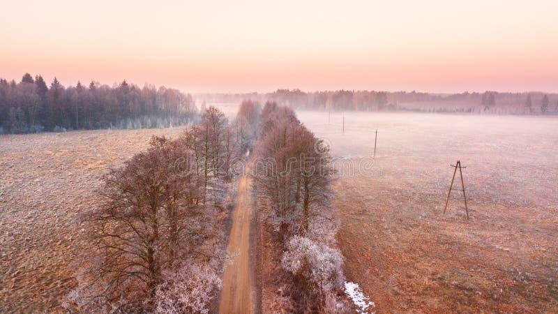 Paesaggio nebbioso rurale di mattina di alba fotografia stock libera da diritti