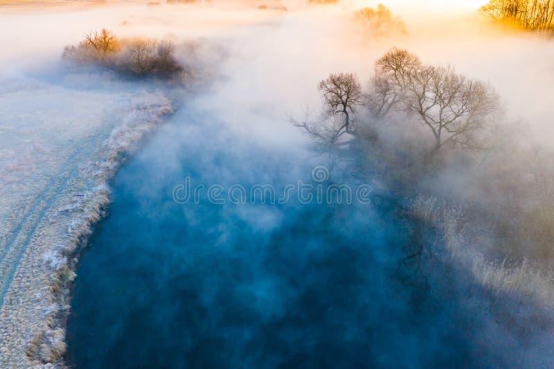Paesaggio nebbioso stupefacente Concetto freddo di mattina Fiume che entra nell'area nebbiosa immagini stock libere da diritti