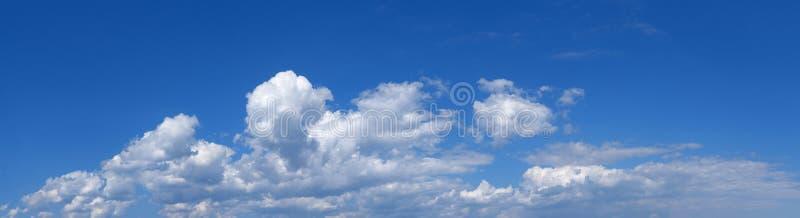 Paesaggio nel cielo azzurro - panorama fotografia stock