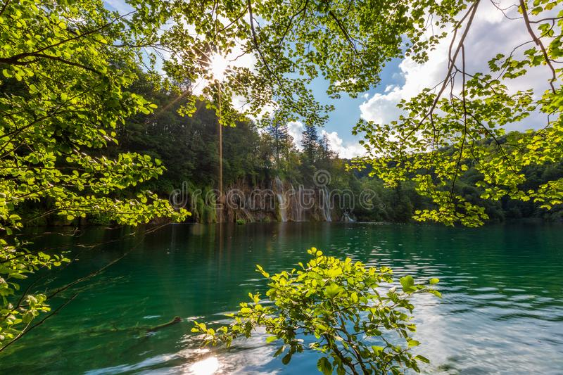 Paesaggio nel giorno soleggiato con il bei lago e cascate immagini stock
