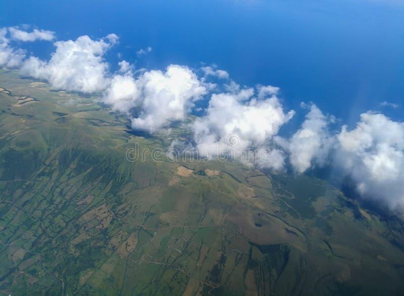 Paesaggio nell'isola di Faial azores Siluetta dell'uomo Cowering di affari fotografia stock
