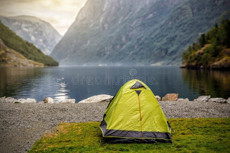 Paesaggio norvegese del fiordo con la tenda di campeggio Avventura della Norvegia fotografia stock