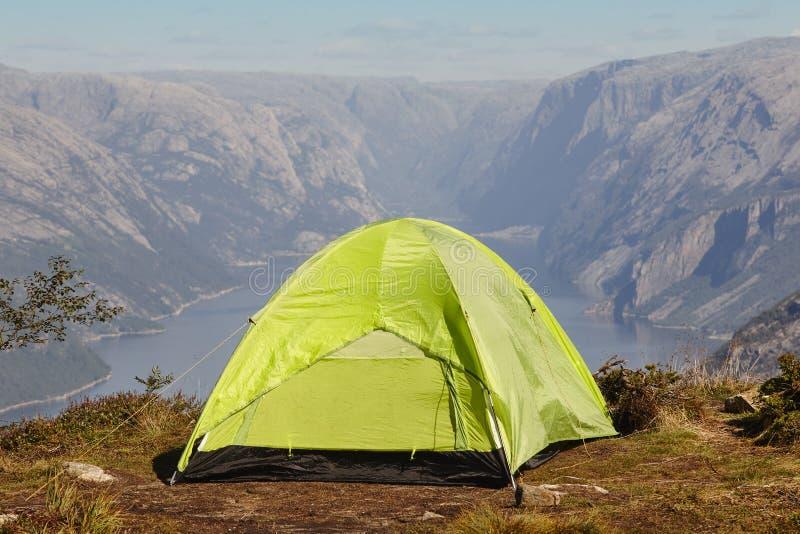 Paesaggio norvegese del fiordo con la tenda di campeggio Avventura della Norvegia immagini stock libere da diritti