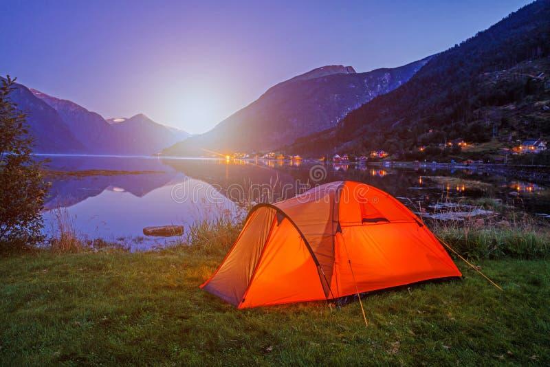 Paesaggio norvegese del fiordo con la tenda di campeggio Avventura della Norvegia fotografie stock libere da diritti