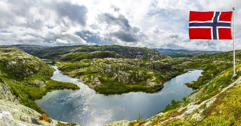 Paesaggio in Norvegia con la bandiera immagini stock libere da diritti
