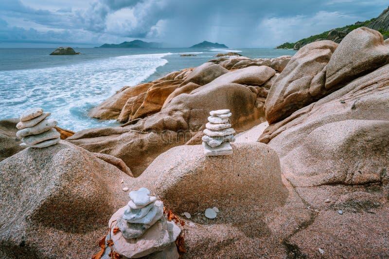Paesaggio nuvoloso tropicale sulle isole di paradiso delle Seychelles Il temporale viene su dall'oceano fotografia stock libera da diritti