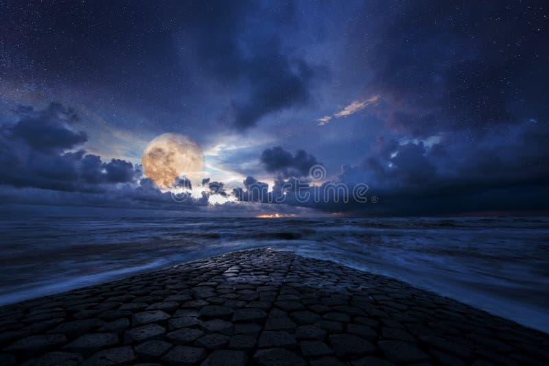 Paesaggio, oceano e cielo vaghi di notte alla luce di luna immagini stock libere da diritti