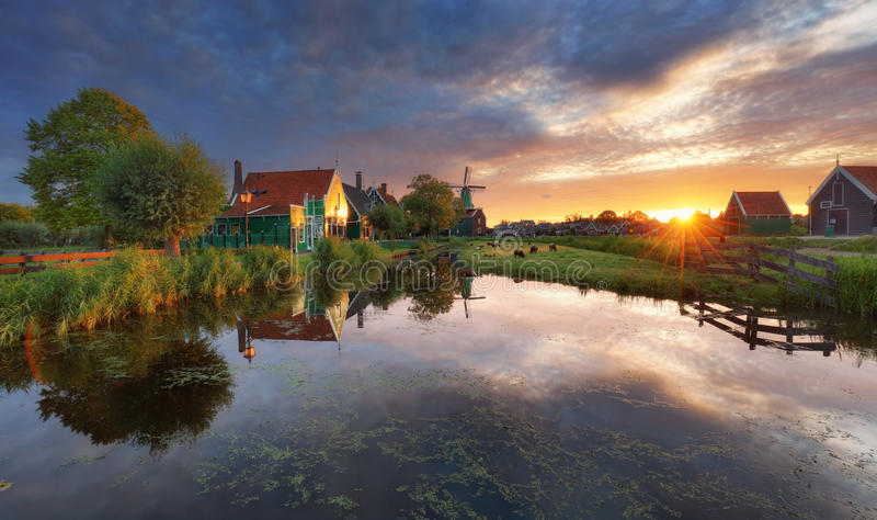 Paesaggio olandese con il mulino a vento al tramonto drammatico, Zaandam, Amste fotografia stock libera da diritti