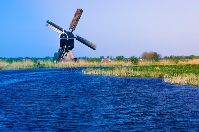 Paesaggio olandese del ploder con il mulino a vento tradizionale fotografia stock