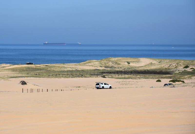 Paesaggio orizzontale della spiaggia con le automobili immagine stock