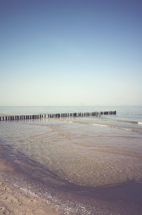 Paesaggio pacifico con un vecchio inguine di legno del mare immagine stock