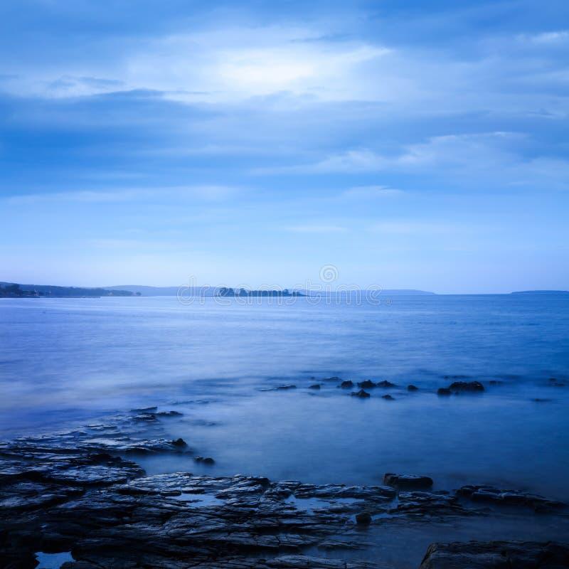 Paesaggio pacifico del mare Esposizione lunga Acqua calma fotografia stock libera da diritti