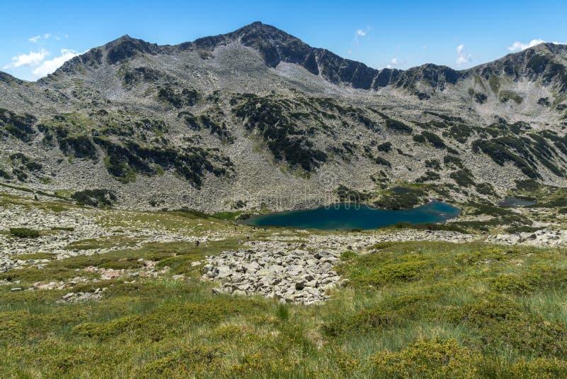 Paesaggio panoramico con Dalgoto il lago lungo, montagna di Pirin, Bulgaria fotografie stock