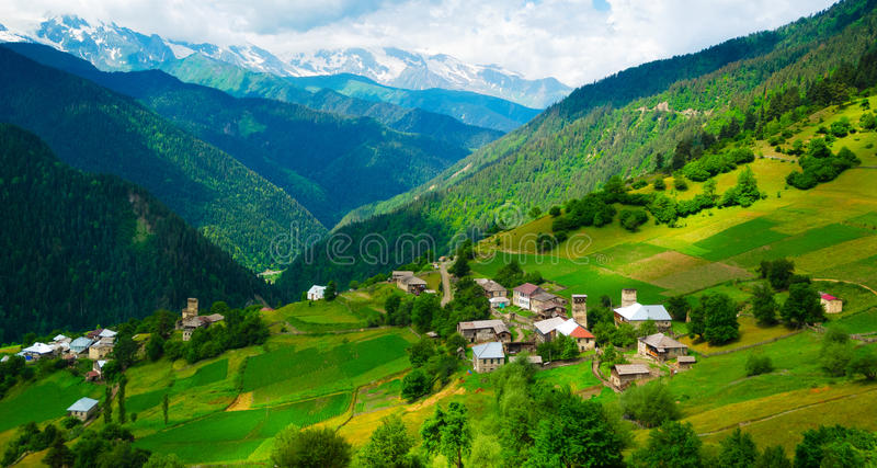 Paesaggio panoramico del villaggio di Ieli in Svaneti fotografie stock libere da diritti