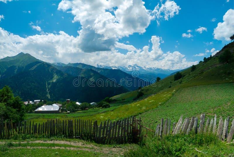 Paesaggio panoramico del villaggio di Ieli in Svaneti immagini stock