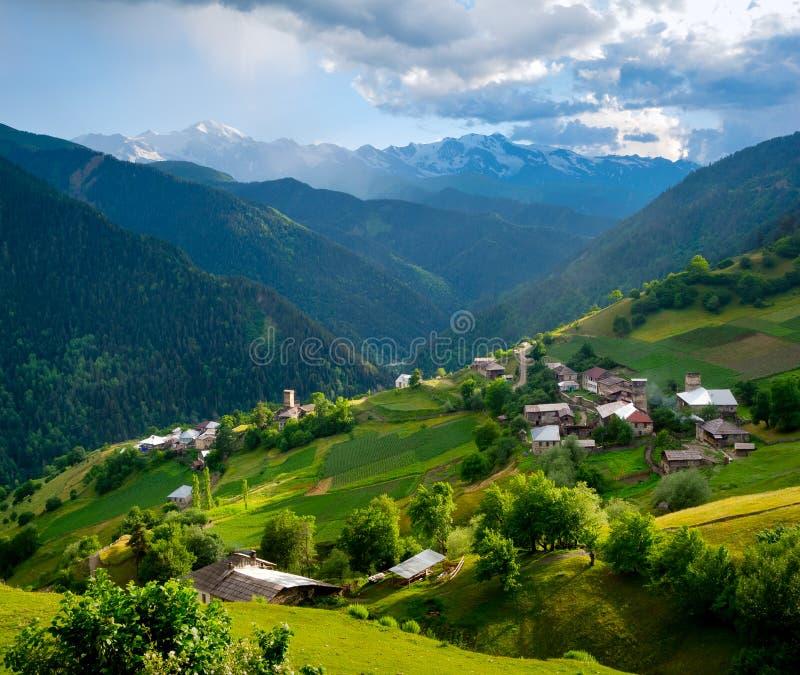 Paesaggio panoramico del villaggio di Ieli in Svaneti fotografia stock libera da diritti