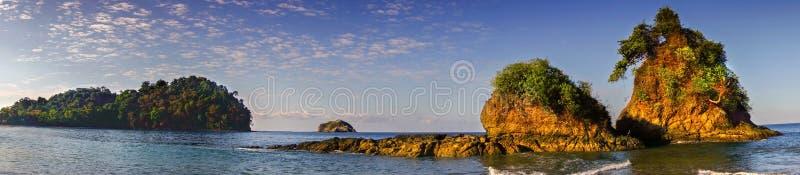 Paesaggio panoramico Manuel Antonio National Park Costa Rica della spiaggia di Playa Espadilla ampio fotografia stock libera da diritti