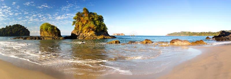 Paesaggio panoramico Manuel Antonio National Park Costa Rica della spiaggia di Playa Espadilla ampio immagine stock