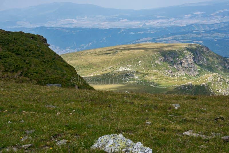 Paesaggio panoramico vicino ai sette laghi Rila, Bulgaria fotografia stock libera da diritti